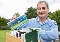 HERKENBOSCH - De Belg Erlend Malfait, die er voor zorgt de top 100 golbanen van de wereld te hebben gespeeld, met zijn kistje met baanboekjes. en scorekaarten FOTO KOEN SUYK