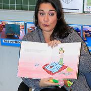 NLD/Amstrdam/20130123 - Nationale Voorleesdag op de basisschool Corantijn te Amsterdam, Dione de Graaf leest voor aan de kinderen
