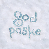 Håndskrevet norsk tekst påskehilsen «God påske» på is som stikker frem fra snøen.