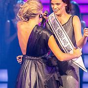 NLD/Hilversum/20171009 - Finale Miss Nederland 2017, winnares Nicky Opheij krijgt haar sjerp van Kim Kotter