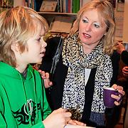 NLD/Amstrdam/20130123 - Nationale Voorleesdag op de basisschool Corantijn te Amsterdam, Minister van Onderwijs Jet Bussemaker in gesprek met en leerling