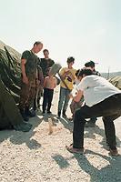 07.04.1999, Mazedonien/Tetovo:<br /> Bundeswehrsoldaten und Flüchtlingskinder aus dem Kosovo beim Zeltaufbau im Flüchtlingslager der Bundeswehr bei Tetovo, Mazedonien<br /> Soldiers and Refugee children from Kosovo are togehter building a tent in a refugee champ of the german army, Tetovo, Macedonia <br /> IMAGE: 19990407-01/01-27