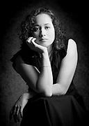 Portrait Noir et Blanc d'une jeune femme calédonienne.