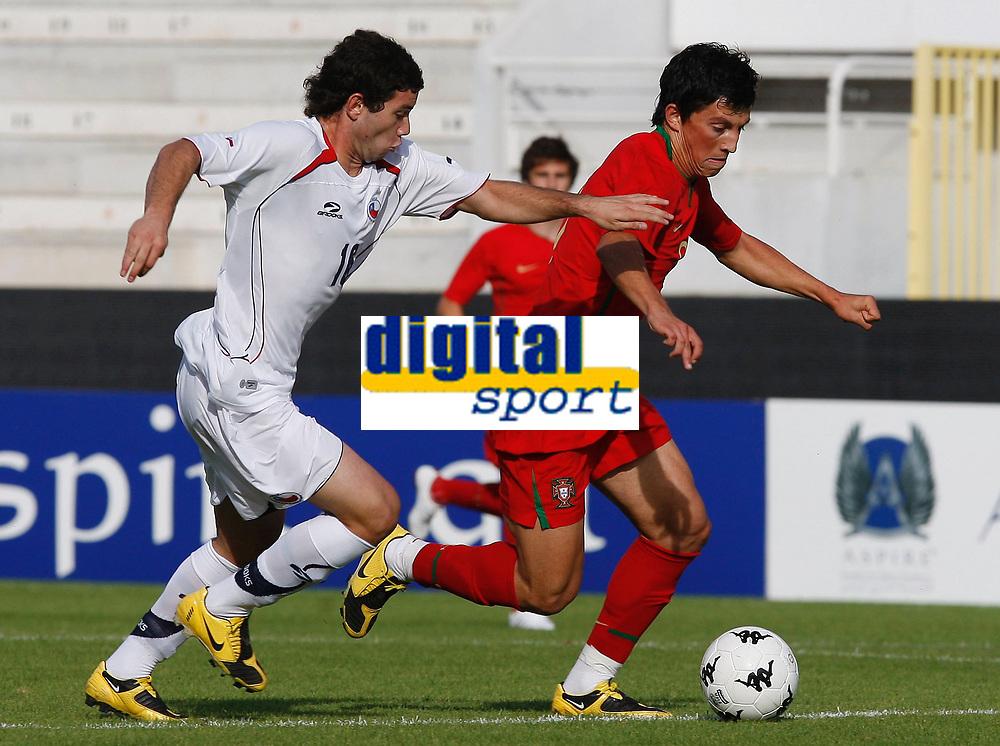 Fotball<br /> Portugal v Chile<br /> Foto: DPPI/Digitalsport<br /> NORWAY ONLY<br /> <br /> FOOTBALL - UNDER 21 - INTERNATIONAL TOULON FESTIVAL - 04/06/2009 <br /> <br /> EUGENIO MENA (CHI) / CASTRO (POR)