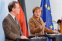 10 JAN 2007, BERLIN/GERMANY:<br /> Franz Muentefering (L), SPD, Bundesarbeitsminister, und Angela Merkel (R), CDU, Bundeskanzlerin, waehrend einer Pressekonferenz zu den Ergebnissen der vorangegangenen Kabinettsitzung, Bundeskanzleramt<br /> IMAGE: 20070110-01-005<br /> KEYWORDS: Franz Müntefering