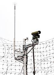 THEMENBILD - Die demilitarisierte Zone (DMZ) ist eine entmilitarisierte Zone. Sie teilt die Koreanische Halbinsel in Nord- und Südkorea und wurde nach dem drei Jahre dauernden Koreakrieg im Jahre 1953 eingerichtet. Die DMZ ist 248 Kilometer lang und ungefähr vier Kilometer breit. In ihrer Mitte verläuft die Militärische Demarkationslinie (MDL), die Grenze zwischen Nord- und Südkorea. Die DMZ wird von der aus Vertretern beider Seiten bestehenden Waffenstillstandskommission MAC (von engl. Military Armistice Commission) verwaltet. Das Betreten der DMZ ohne Genehmigung der Waffenstillstandskommission ist beiden Seiten grundsätzlich untersagt. Hier im Bild Überwachungskamera am Grenzzaun. Aufgenommen am 28. Februar 2018 // The Korean Demaunilitarized Zone (DMZ) is a strip of land running across the Korean Peninsula. It is established by the provisions of the Korean Armistice Agreement to serve as a buffer zone between the Democratic People's Republic of Korea (North Korea) and the Republic of Korea (South Korea). The demilitarized zone (DMZ) is a border barrier that divides the Korean Peninsula roughly in half. It was created by agreement between North Korea, China and the United Nations in 1953. The DMZ is 250 kilometres (160 miles) long, and about 4 kilometres (2.5 miles) wide. In the Picture . DMZ on 28th February 2018. EXPA Pictures © 2018, PhotoCredit: EXPA/ Johann Groder