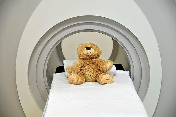 Nederland, Nijmegen, 13-4-2012In een nagemaakt model van een MRI-scanner kunnen kinderen van wie een scan gemaakt moet worden alvast wennen, oefenen, proberen.Foto: Flip Franssen