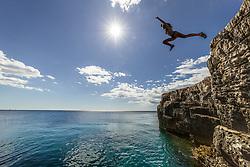 THEMENBILD - eine Jugendliche im Bikini springt von den Klippen in die glasklare Adria bei Sonnenschein, aufgenommen am 27. Juni 2018 in Pula, Kroatien // a teenager in a bikini jumps from the cliffs into the crystal clear Adriatic Sea in the sunshine, Pula, Croatia on 2018/06/27. EXPA Pictures © 2018, PhotoCredit: EXPA/ JFK