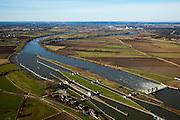 Nederland, Noord-Brabant, Gemeente Boxmeer, 07-03-2010; stuw en sluiscomplex bij Sambeek, aangelegd in het kader van de Maasverbetering. Aan de horizon een in het kader van de normalisatie afgesneden Maasarm.  .Lock and weir complex in Sambeek, build as part of the Meuse Improvement..On the horizon a former branch of the Meuse, cut off because of the standardization.luchtfoto (toeslag), aerial photo (additional fee required);.foto/photo Siebe Swart