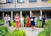 MAARSSEN, 16-05-2020, Buitenplaats Doornburgh<br /> <br /> Koningin Maxima brengt tijdens een werkbezoek aan het buddyprogramma van Villa Pinedo. De stichting is winnaar van een van de drie Appeltjes van Oranje 2020 van het Oranje Fonds. Villa Pinedo biedt kinderen en jongeren met gescheiden ouders online ondersteuning en advies.<br /> <br /> Queen Maxima pays a working visit to the buddy program of Villa Pinedo. The foundation is the winner of one of the three Appeltjes van Oranje 2020 of the Oranje Fonds. Villa Pinedo offers children and young people with divorced parents online support and advice.