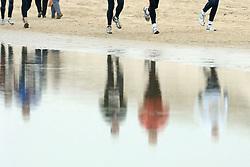 08-01-2006 ATLETIEK: HALVE MARATHON VAN EGMOND: EGMOND<br /> Duizenden lopers langs het strand van Egmond<br /> ©2006-WWW.FOTOHOOGENDOORN.NL