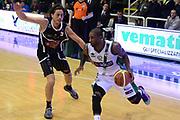 DESCRIZIONE : Avellino Lega A 2013-14 Sidigas Avellino-Pasta Reggia Caserta<br /> GIOCATORE : Dean Taquan<br /> CATEGORIA : palleggio<br /> SQUADRA : Sidigas Avellino <br /> EVENTO : Campionato Lega A 2013-2014<br /> GARA : Sidigas Avellino-Pasta Reggia Caserta<br /> DATA : 16/11/2013<br /> SPORT : Pallacanestro <br /> AUTORE : Agenzia Ciamillo-Castoria/GiulioCiamillo<br /> Galleria : Lega Basket A 2013-2014  <br /> Fotonotizia : Avellino Lega A 2013-14 Sidigas Avellino-Pasta Reggia Caserta<br /> Predefinita :