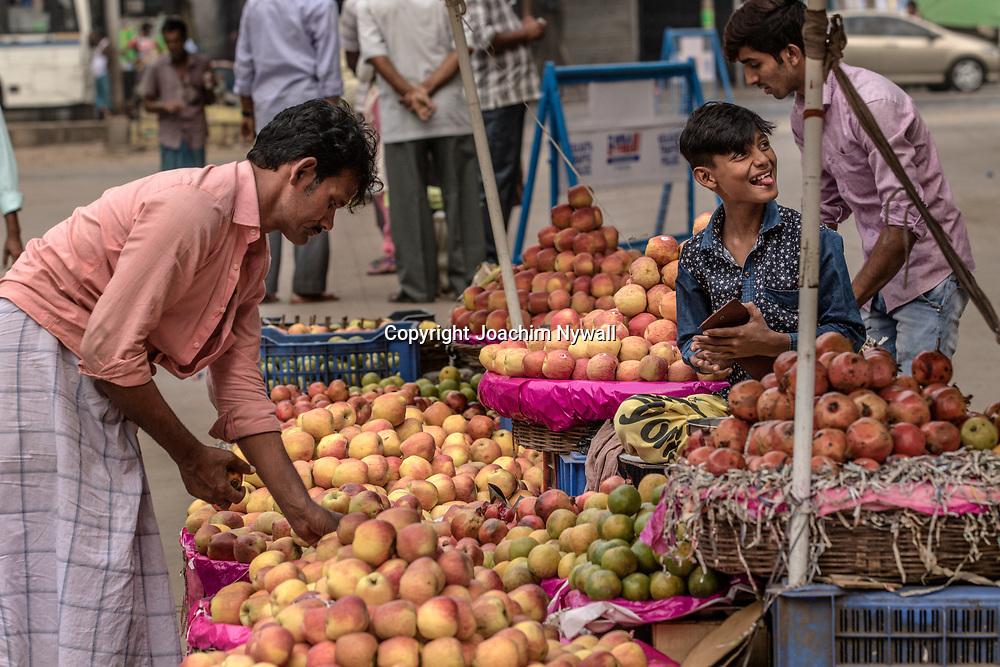 20171029 Kolkata Calcutta Indien<br /> Fruktmarknad vid College Street<br /> ----<br /> FOTO : JOACHIM NYWALL KOD 0708840825_1<br /> COPYRIGHT JOACHIM NYWALL<br /> <br /> ***BETALBILD***<br /> Redovisas till <br /> NYWALL MEDIA AB<br /> Strandgatan 30<br /> 461 31 Trollhättan<br /> Prislista enl BLF , om inget annat avtalas.