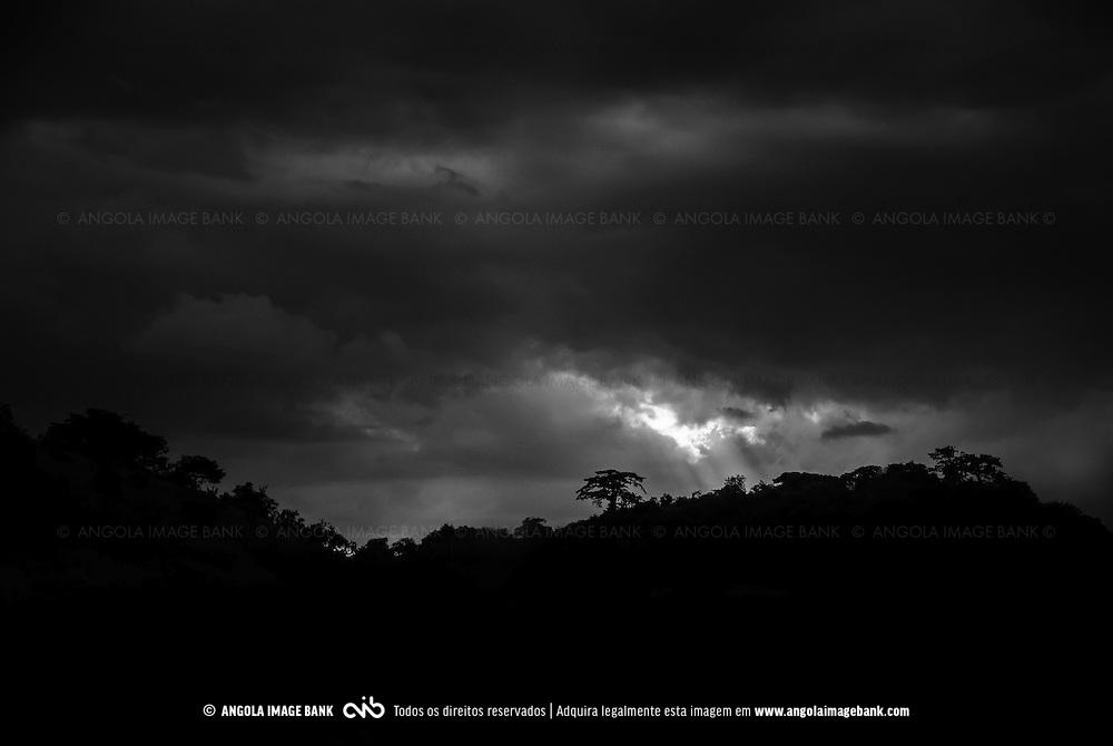 Tempestade de verão na província de Malange ao final do dia. Angola
