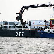 NLD/Amsterdam/19921005 - Vliegtuig El Al Boeing neergestort in de Bijlmermeer Amsterdam, volgende dag opgedoken motor in het Gooimeer bij Naarden