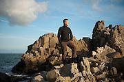 Johann Prod'homme sur un rocher, face à la mer.Vendredi 13 Janvier à Saint Cast Le Guildo