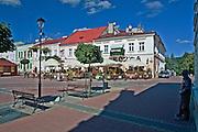 Rynek w Sanoku. Po prawej pomnik Zdzisława Beksiskiego