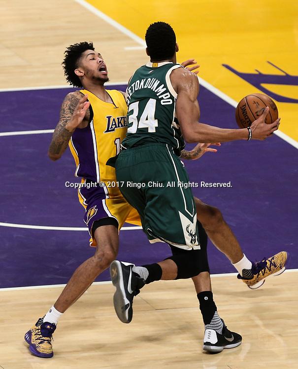 3月17日,密尔沃基雄鹿队球员扬尼斯-阿德托昆博(右)在比賽中进攻遭到洛杉矶湖人队球员布兰登·英格拉姆侵犯。 当日,在2016-2017赛季NBA常规赛中,洛杉矶湖人队主场以103比107不敌密尔沃基雄鹿队。 新华社发 (赵汉荣摄)<br /> Milwaukee Bucks forward Giannis Antetokounmpo (#34) gets fouled by Los Angeles Lakers forward Brandon Ingram (#14) during an NBA basketball game, Friday, March 17, 2017.(Photo by Ringo Chiu/PHOTOFORMULA.com)<br /> <br /> Usage Notes: This content is intended for editorial use only. For other uses, additional clearances may be required.