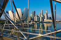 Singapour, Marina Bay, le pont Helix et le Musée des Arts et des Sciences en forme de fleur de lotus de l'architecte Moshe Safdie //Singapore, Marina Bay, Helix bridge and the Arts and Sciences Museum built like a lotus flower shape by the architect Moshe Safdie