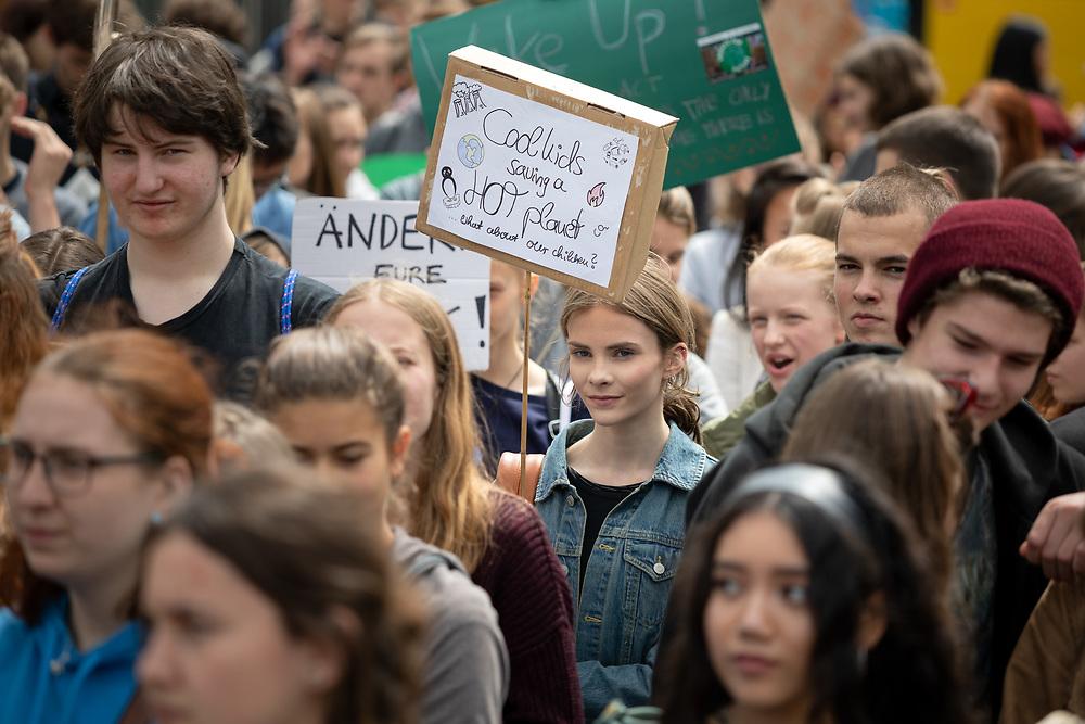 Fridays For Future: Mehrere hundert SchülerInnen und Studierende beteiligen sich in Berlin am Schulstreik für mehr Klimaschutz. Die Demonstranten fordern, die Ziele des Pariser Klimaabkommens einzuhalten und die Erderwärmung auf 1,5 Grad zu begrenzen. Vorbild für die Streikenden ist die schwedische Schülerin G r e t a  T h u n b e r g, die bereits seit Monaten jeden Freitag vor dem schwedischen Parlament für Klimaschutz protestiert. Demonstrantin mit Schild: Cool kids saving hot planet!<br /> <br /> [© Christian Mang - Veroeffentlichung nur gg. Honorar (zzgl. MwSt.), Urhebervermerk und Beleg. Nur für redaktionelle Nutzung - Publication only with licence fee payment, copyright notice and voucher copy. For editorial use only - No model release. No property release. Kontakt: mail@christianmang.com.]
