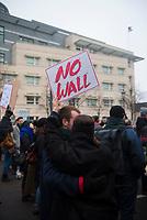 DEU, Deutschland, Germany, Berlin, 04.02.2017: Demonstranten protestieren vor der US-Botschaft gegen die Politik von US-Präsident Donald Trump. Unter dem Motto NO BAN, NO WALL fordern sie den Stopp seiner Pläne eine Mauer an der Grenze zu Mexiko zu bauen.
