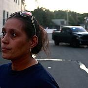 09/13/2018, Carol Rodriguez en el Sur de Lawrence, Massachussets, mira preocupada la casa de su madre en Salem St., luego que una explosión y un fuego destruyeran el sótano.  Al fondo un vehículo de la policial bloque la calle. Decenas de incendios se iniciaron  hoy en varias ciudades casi simultanemente, al al caer la tarde a partir filtraciones de gas licuado, confirmado por el departamento de bomberos. de Lawrence. Photo:©George Richardson/ Cinefoto. all right registerCarol Rodriguez
