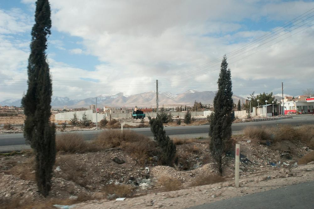 January 11, 2012, Syria, the Damascus-Aleppo highway before Homs, at the horizon the mountains that separate Syria from Lebanon. <br /> <br /> 11 janvier 2012, l'autoroute Damas-Alep avant Homs, à l'horizon les montagnes qui séparent la Syrie du Liban.