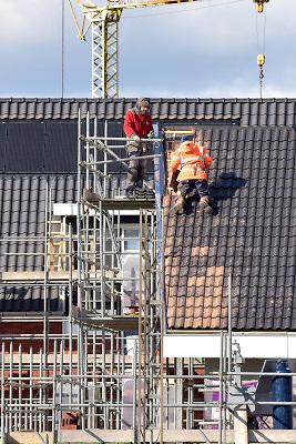 Nederland, Huissen, 27-2-2018Bouwvakkers werken aan een nieuwbouwproject. Dakdekker .Foto: Flip Franssen