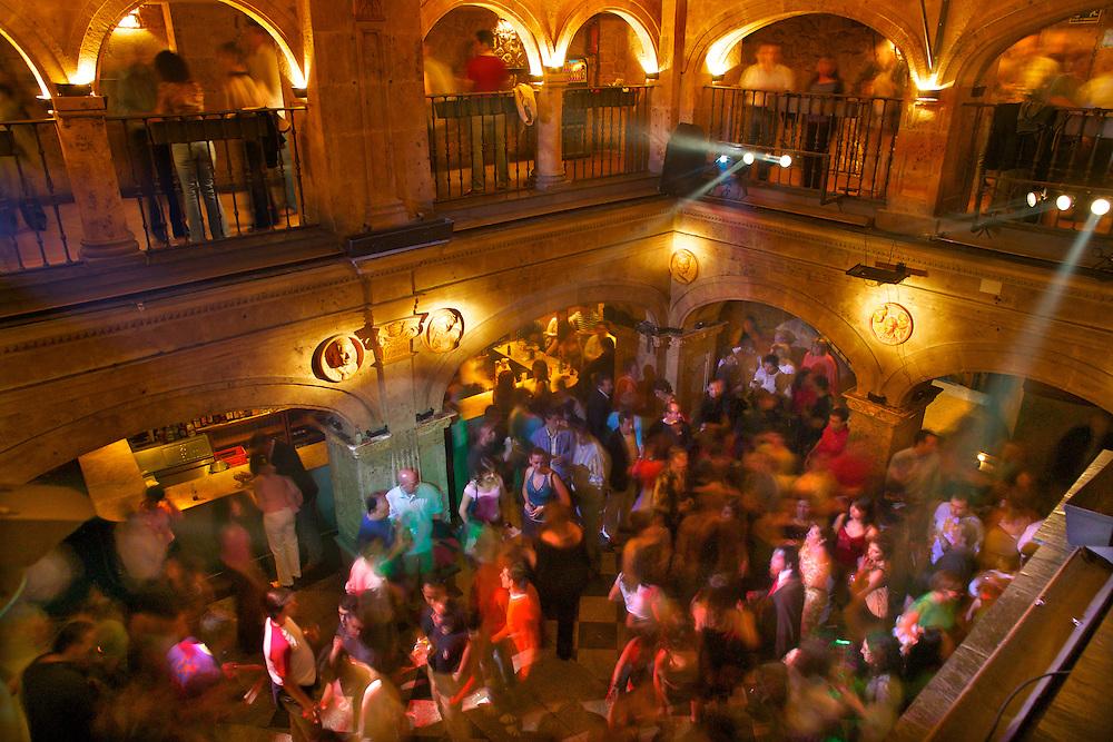 España. Castilla-La Mancha. Salamanca <br /> Gente bailando en el Pub Cum Laude<br /> <br /> © JOAN COSTA