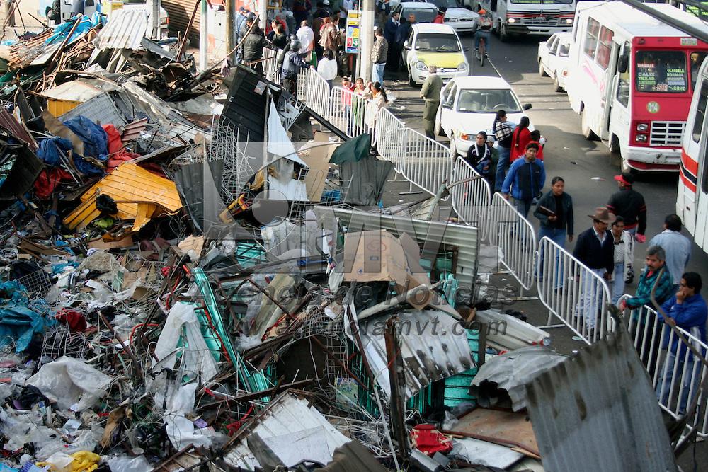 Toluca, Mex.- Aspectos de los escombros de los puestos semifijos en la zona de la Terminal y del Mercado Juarez, despues de que maquinaria pesada destruyera los negocios de los comerciantes que fueron desalojados por elementos de la policia desde la madrugada del martes. Agencia MVT / Carlos Tischler. (DIGITAL)<br /> <br /> <br /> <br /> NO ARCHIVAR - NO ARCHIVE