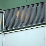 NLD/Den Haag/20070410 - Geboort 3e kind Willem Alexander en Maxima, verpleegkundige achter het raam kijkend naar de pers
