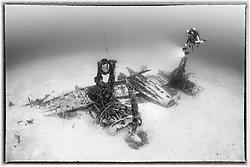 Schiffswrack Bristol Beaufighter vom 2. Weltkrieg und Taucher, Schwarzweiss Aufnahme, Shipwreck Bristol Beaufighter from 2nd world war and Scuba diver, black and white, Malta