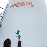 NLD/Waddinxveen/20181127 - Jan Smit en Barry Paf dopen de 100% NL windmolen, Jan Smit zet zijn handafdruk op de windmolen