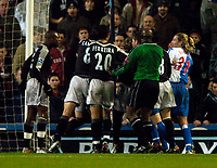 Fotball<br /> England 2004/2005<br /> Foto: SBI/Digitalsport<br /> NORWAY ONLY<br /> <br /> Blackburn Rovers v Chelsea, Barclays Premiership, 02/02/2005.<br /> <br /> Tempers flare repeatedly in the first half and true to form Blackburn's Robbie Savage (R) is part of the fun.