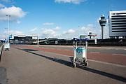 Een verlaten TUI bagagetrolley bij vertrekhal 3 op Schiphol Airport