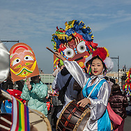 New York . Koreans in the Chinese New Year parade in Flushing. Queens for the year of the dragon / Coreen. Parade du nouvel an chinois, l annee du Dragon, dans les rues de Flushing, Queens