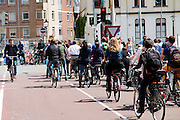 In Utrecht staan fietsers rijen dik te wachten bij het verkeerslicht. Een man rijdt door rood.<br /> <br /> In Utrecht cyclists are waiting at the traffic lights, one man ignores the red light.