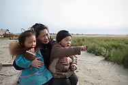 Andrea Kuzuguk Herrington tillsammans med hennes tvillingar, Dolores och Jeremiah. De pratar om vågorna som eroderar stranden i Shishmaref. Alaska, USA<br /> <br /> Fotograf: Christina Sjögren<br /> <br /> Photographer: Christina Sjogren<br /> Copyright 2018, All Rights Reserved