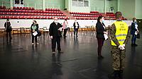 Siemiatycze, 19.04.2021. Punkt Szczepien Powszechnych w Siemiatyczach w hali sportowo-widowiskowej. Jest to jeden z 16 pilotazowych takich punktow w Polsce. Docelowo moze szczepic przeciwko COVID-19 500 osob dziennie. N/z punkt szczepien w hali sportowej, w organizacji pomagali zolnierze WOT fot Michal Kosc / AGENCJA WSCHOD