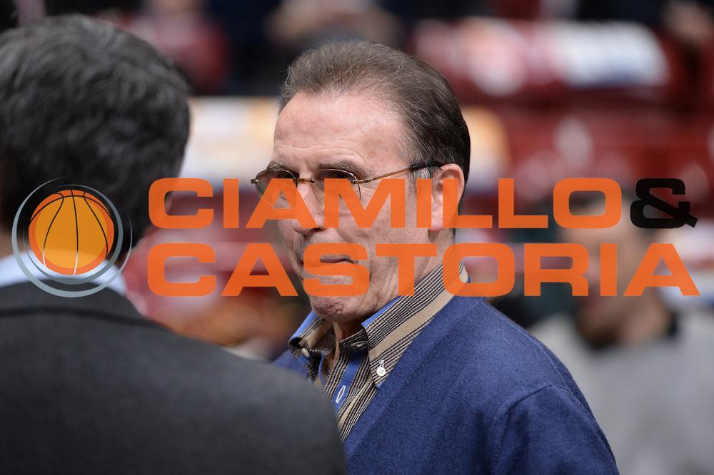 DESCRIZIONE : Milano BEKO Final Eigth  2016<br /> Vanoli Cremona - Dinamo Banco di Sardegna Sassari<br /> GIOCATORE : Carlo Recalcati<br /> CATEGORIA :  Before Pregame Fair Play Ospite Vip Allenatore Coach<br /> SQUADRA : Vanoli Cremona<br /> EVENTO : BEKO Final Eight 2016<br /> GARA : Vanoli Cremona - Dinamo Banco di Sardegna Sassari<br /> DATA : 19/02/2016<br /> SPORT : Pallacanestro<br /> AUTORE : Agenzia Ciamillo-Castoria/M.Longo<br /> Galleria : Lega Basket A 2016<br /> Fotonotizia : Milano Final Eight  2015-16 Vanoli Cremona - Dinamo Banco di Sardegna Sassari<br /> Predefinita :