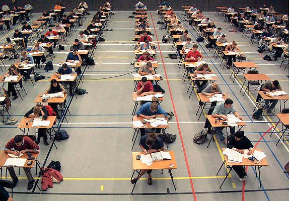 Nederland, Nijmegen, 11-7-2001Studenten Beleidswetenschappen doen hertentamen in de sportzaal van de Nijmeegse UniversiteitStudenten, studeren, studiepuntenFoto: Flip Franssen/Hollandse Hoogte