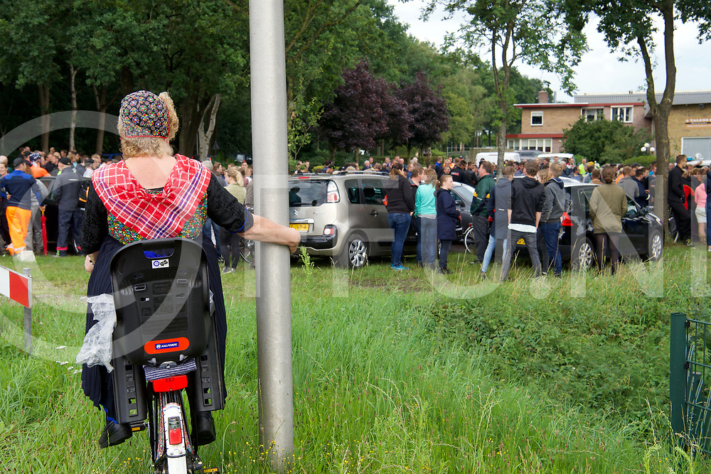 STAPHORST - Zoekactie Bert v/d Hoek onder weg met een blauw/grijze fiets.<br /> Aan de Kamweg bij Talens Houthandel kwamen honderden mensen om deel te nemen aan de zoekactie.<br /> FFU PRESS AGENCY COPYRIGHT FRANK UIJLENBROEK