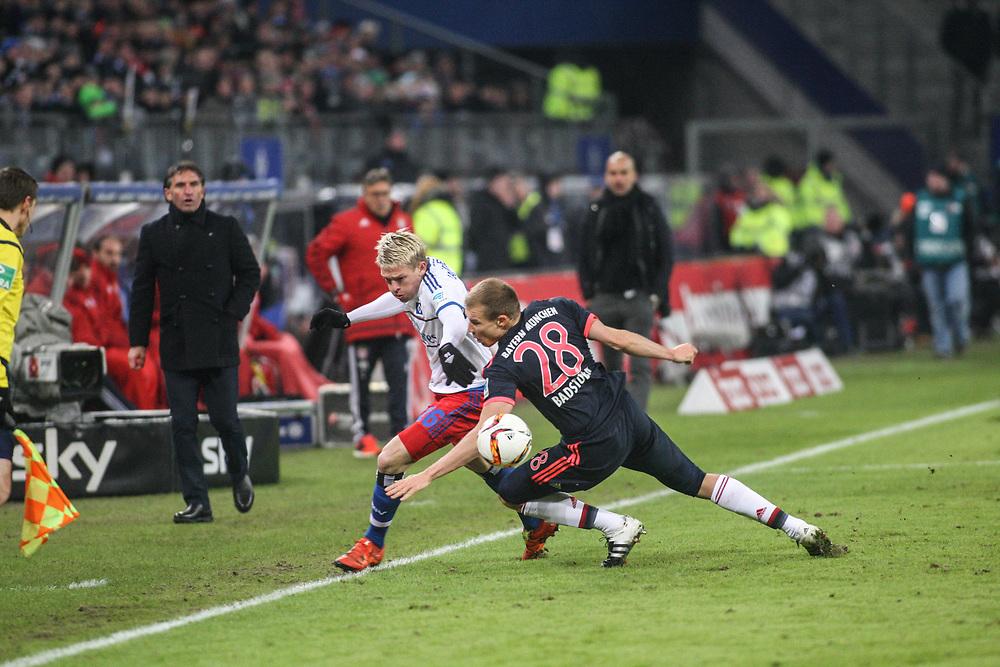 Fussball: 1. Bundesliga, Hamburger SV - FC Bayern Muenchen, Hamburg, 22.01.2016<br /> <br /> Artjoms Rudnevs (HSV, l.) - Holger Badstuber (Bayern)<br /> <br /> © Torsten Helmke