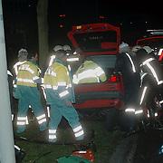 Ongeval met beknelling, auto tegen boom, Huizermaatweg Huizen