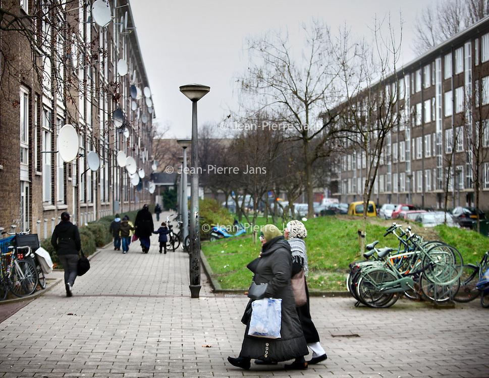 Nederland, Amsterdam , 29 november 2010..De Louise de Colignystraat in de Baarsjes waar een vermeende terrorist is opgepakt..The district in Amsterdam-West, where a an alleged terrorist has been arrested.