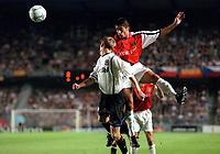 Silvinho (Arsenal) Radek Mynar (Sparta Prague).AC Sparta Prague 0:1 Arsenal. UEFA Champions League, Prague, Czech Republic, 12/9/2000. Credit: Colorsport / Stuart MacFarlane.