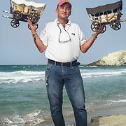 Luis Lopez vende artesania hace 3 años en Margarita, antes estuvo en Cartagena por 2 años. El hace las carretas y las vende a 2.500.000 BsF. Vende 12 por semana si o si. No cambia por la temporada. Vende desde las 2pm a las 5pm. Es su negocio propio y compra el material en la Isla, San Cristobal o Colombia. No usa protector.