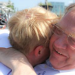 WIELRENNEN, Hoofddorp, Olympias tour CT jo Piels manager deel zijn blijdschap met winnaar Berden de Vries