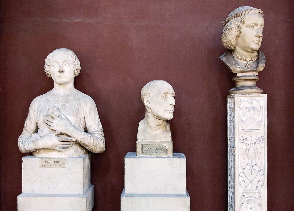 Bustes (moulage en platre) dans la Chapelle de l'Ecole des Beaux Arts de Paris, France.<br /> Busts in the Fine Arts School of Paris, France.
