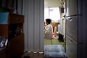Onagawa  Kotomi AMBE -  logements provisoires Kasetsu jutaku  Mars 2012.Kotomi Ambe vit seule dans un logement provisoire depuis le mois daoût 2011. Son espace de vie actuel est de 12 m2 environ. il comprend une petite cuisine, un sanitaire et une petite pièce de vie et de couchage.